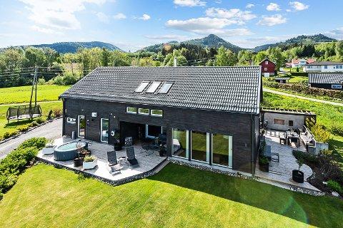 DYREST: Huset ble solgt for at sønnen skulle kunne følge fotballdrømmen i Hamar. Prisen ble den høyeste i kommunen i september