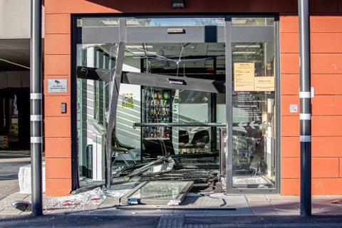 STORE SKADER: Mannen rygget en bil inn gjenneom inngangspartiet på sykehuset på Lillehammer.