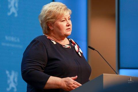 HOLDER TILBAKE:  Statsminister Erna Solberg  under pressekonferansen mandag der hun utsatte trinn 4 av gjenåpningen.