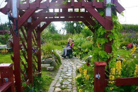 DRØMMEGAGE: Johanna Eike har skapt sin vakre hage på Mustadroa gjennom de siste tjue årene. – Jeg er fortsatt ikke ferdig, og får stadig nye ideer, sier hun.