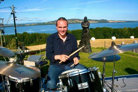 RÅ PÅ TROMMER: Peder Narum holder takten i trioen Bresk, som presenterte musikk fra sitt kommende album under søndagens konsert på Balke-senteret.