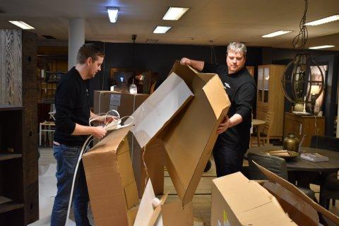 LEVERINGSTID: Daglig leder hos Møbelringen på Raufoss, Anders Ruen (t.h) sier at det er ganske eksepsjonelt lang leveringstid.