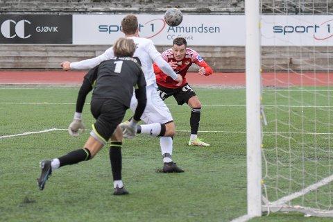 SE HER: Rocky Lekaj med blikket på ball like før han header inn 4-1-målet til Gjøvik-Lyn i toppkampen mot Gjelleråsen.