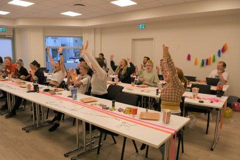 JUBLER: Jubelen brøt løs i Arbeiderpartiet sine lokaler på Gjøvik da skolevalgresultatet ble klart.