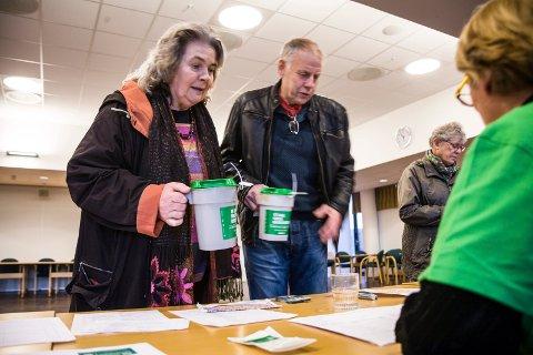 Anne Klanderud og Jon Rønningen leverer bøssene sine på kulturhuset i Ås.