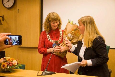 Det var latter og god stemning i kommunestyret da Anne Kristine Linnestad overlot ordførerjobben til Tuva Moflag. Foto: Anita Gjøs