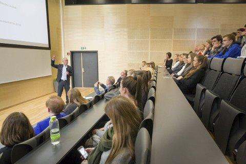Flott: Kommunal- og moderniseringsminister Jan Tore Sanner startet med å skryte av det flotte tilbygget skolen hadde fått. Etter skoletimen fikk også elevene skryt for sitt engasjement.Alle foto: Bjørn V. Sandness
