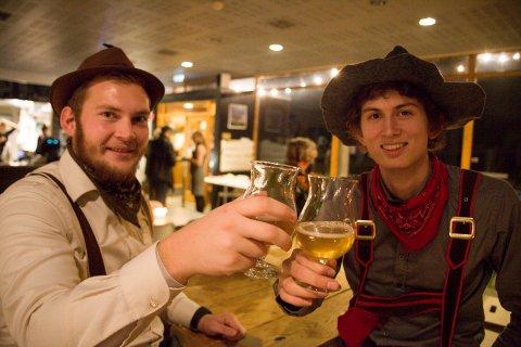 NMBU-studentene Ola Hansen og Mikkel Melby smaker seg gjennom alle ølsortene som finnes på oktoberfesten. Alle foto: Anita Gjøs