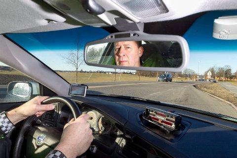 UP-sjef Stein Olaf Røberg, blir trist over å se at enkelte bilister overser fartskiltene i Ås, og bare gasser på.