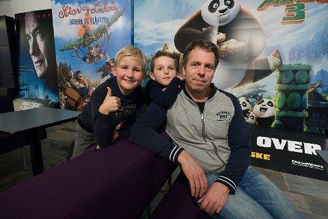 Fornøyde: Pappa Morten Græsby foran, med sønnen Alfred (9) hengende på ryggen og hans kamerat Robin (9). Foto: Ole Kr. Trana
