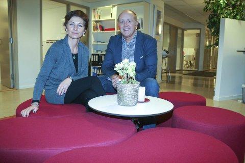 Åpen dør: Pasient- og brukerombud Anne-Lise Kristensen og teamleder for kommunale helse- og omsorgstjenester Oddvar Faltin vil gjerne komme i kontakt med folk i Follo. FOTO: KARIN HANSTENSEN