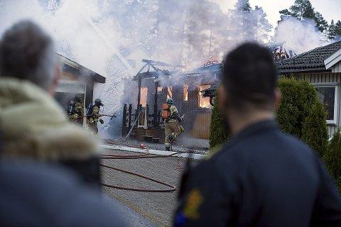 Opp i flammer: Huset i Øvreveien tok plutselig fyr og ble totalskadet. Politiet etterforsker saken, men på grunn av de omfattende skadene kan det bli vanskelig å fastsette en konkret årsak.   8Foto: Ole Trana