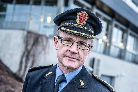 Politimester Arne Jørgen Olafsen, står litt maktesløs og ser på at en Østfolding som sitter fengslet i Liauen sender hat- og trusselmeldinger fra fengselscellen.