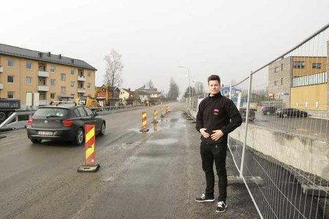 Butikksjef Jørgen Bjoner hos Meny i Nordbyveien gleder seg over at flere av lysreguleringene er fjernt til påske. FOTO: METTE KVITLE