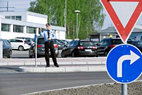 FØLG PILEN: Svinger du til venstre inn i Åsenveien fra Eikeliveien, er svare et forenklet forelegg på 4200 kroner dersom politiet ser deg. FOTO: OLE KR. TRANA