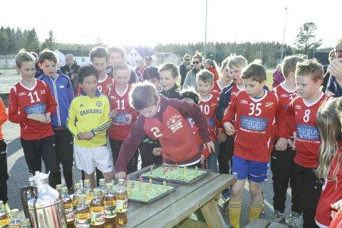 FEIRET: Kunstgressbanen på Kråkstad ble feiret med kake og champagnebrus. FOTO: KARIN HANSTENSEN