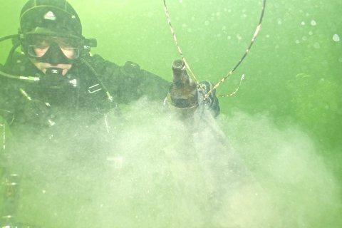 Mye dritt: Denne ølflasken var bare noe fra de enorme mengdene søppel De Glade Froskers Dykkeklubb tok opp fra sjøbunnen på Ingierstrand forrige helg. FOTO: CATERINA CATTANEO
