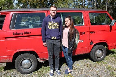 Bussmedlem Carine Mjelde (19) og vanmedlem Eirik Antonsen (19) er begge enige i at forbruket på penger i russetiden var verdt det, til tross for at de har valgt to forskjellige alternativer.