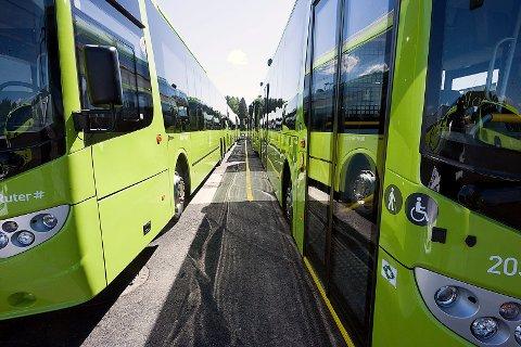 Bussene står på rekke og rad.