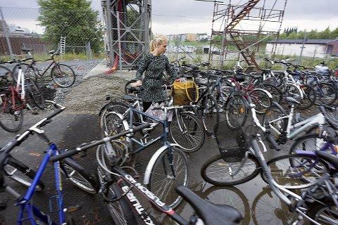 Kaos: Ida Marie Pedersen sliter hver eneste morgen med å finne seg en plass i kaoset av sykler bak Skeidarbygget.foto:ole Kr. Trana