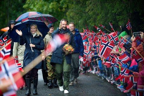 Tårnåsen: Kronprinsparet ankom Tårnåsen skole torsdag ettermiddag. Foto: Ole Kr. Trana