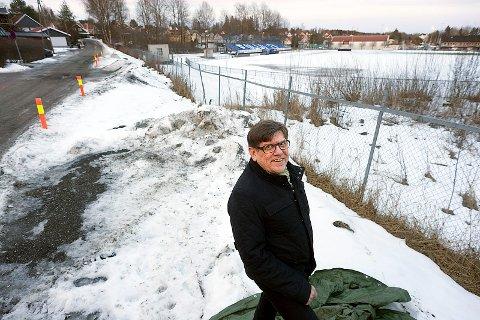 Stor tro: Grunneier Arne Norum har klokketro på at den nye videregående skolen i Ski vil bli bygd i idrettsparken. Foto: Ole Kr. Trana.