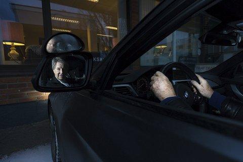 Kjøreglede: Kjøreskolelærer Cato Myhrvold er klar på viktigheten at de eldre, hvis de er skikket til det, skal få beholde førerkorte så lenge som mulig. foto:ole kr trana
