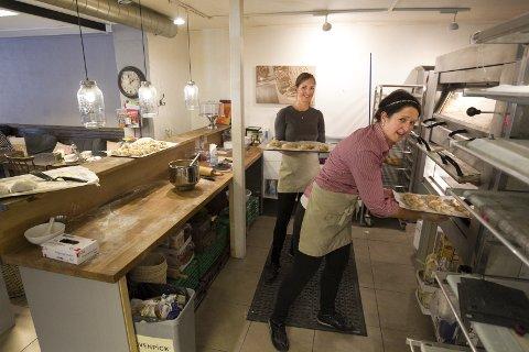 Sjarm: – Vi har spist noen kanelsnurrer, for å si den sånn, smiler innehaverne på Cafe Sjarm, Ingunn Ellingsrud og Unni Merete Kongsten.