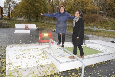 TEST UTEN BOARD: Mette Skrikerud og Anne Berit Hogstad fra Ski kommune glede seg til åpningen av skateparken på Langhus. FOTO: KARIN HANSTENSEN