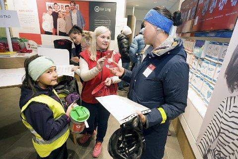 Klare: Sofie (9) og hennes mor Liv-Ragnhild Øy-Larsen fikk den siste briefingen før de la på vei for å samle inn penger i Ski.Foto: Ole Trana
