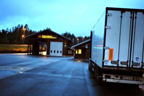 FYLLEFEST PÅ TARALDRUD: Sammen med en kompis drakk han whisky og øl mens semitraileren sto parkert på Taraldrud. Vogntoget sto i ro i 4,5 timer før det fortsatte turen mot Oslo. Etter snaue 800 meter smalt det.