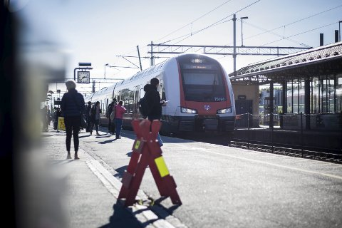 KONSEKVENS: Lokaltogene på Østfoldbanen, som dette mellom Mysen og Skøyen, vil mest sannsynlig bli innstilt fra og med lørdag. ALLE FOTO: EIRIK LØKKEMOEN BJERKLUND