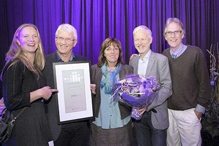 Best i landet: Rektor Mari Sundli Tveit mottok prisen sammen med professor Geir Hofgaard Lieblein og andre glade prisvinnere fra NMBU. foto: anette andresen, NOKUT