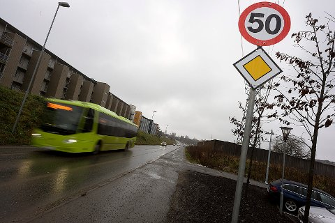 Her i Vestveien har det nå kommet opp skilt som viser både 50-sone og forkjørsvei.