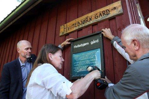 HISTORISK: Reidar Nesje, president i Gjersjøen Rotary, ordfører Ildri Eidem Løvaas og Egil Wenger i Oppegård historielag skiltet i 2014 Hvitebjørn gård, som en av flere urgårder.