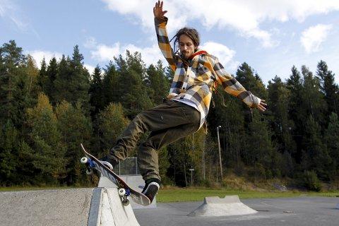 PÅDRIVER: Geir André Myrvang var blant de ivrigste pådriverne for å få et sted å skate i Oppegård syd. Nå er han voksen og blant de beste skaterne i landet. Bildet ble tatt da han besøkte anlegget på Østre Greverud for fire år siden.  FOTO: BJØRN SANDNESS