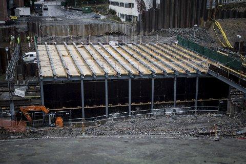 Bygges: Jernbaneverket bygger på spreng. Broprosjektet er lovet ferdig til våren 2017. FOTO: EIRIK LØKKEMOEN BJERKLUND