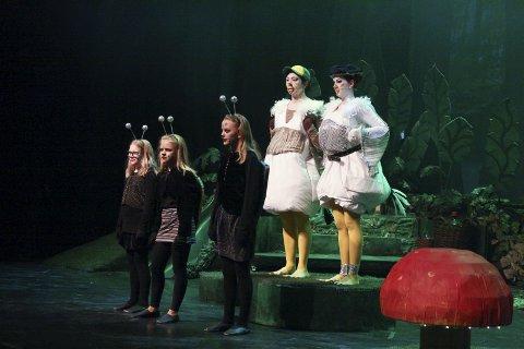 MÅKER: Måkene Mona og Mina måtte trå til for å hjelpe Tingeling og Peter Pan.