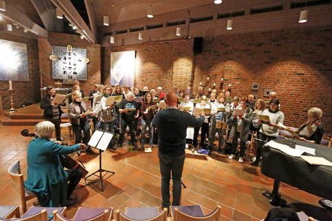 SITTER SNART: Follo Kammerkor og dirigent Tom Wiklund forbereder seg til konserter i Fredrikstad og Ski. BEGGE FOTO: STIG PERSSON