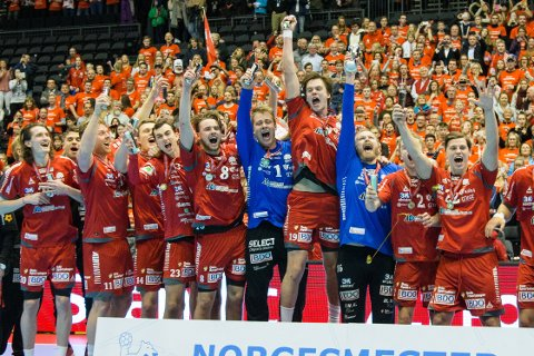 Haslum-spillerne jubler etter at de vant cupfinalen i håndball for herrer i Oslo Spektrum.