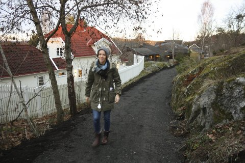 BREDT OG PLANT: Her, mellom Nordliveien og Jegerveien gikk en sti. Den er en av 20 snarveier i Oppegård som blir bredere og får dekke av gjenbruksasfalt. FOTO: VIVI RIAN