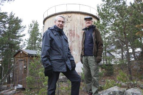 PARK: Skogholtet mellom Kringsjåveien og Parkveien skal bli den parken som var påtenkt for 100 år siden. Ragnar Dahl og Per Næss er to av flere i Oppegård Vels prosjektgruppe som har jobbet frem planene og søkt om penger. Til våren starter arbeidene. FOTO: VIVI RIAN