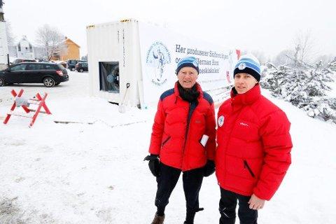 Giver Hans Herman Horn (til venstre) og generalsekretær Erik Eide i Skiforeningen gleder seg over å ha på plass snømaskinen som kan lage snø selv i varmegrader. Offisiell innvielse av den - og vinterens skiskole for barna - mandag 18. januar 2016.