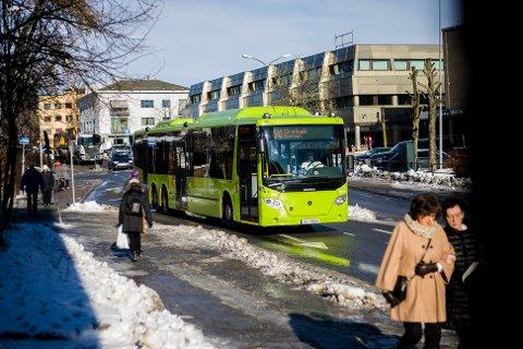 PÅVIRKES: Flere av busser vil ikke lenger stoppe på holdeplassen i Jernbaneveien. 510-bussen påvirkes derimot ikke.