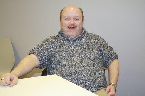 BLID: Steinar Wangen (44) er en glad person med en god sans for humor. Men hvis du ber ham om å legge et enkelt puslespill med ti biter, kommer han til kort. FOTO: KARIN HANSTENSEN