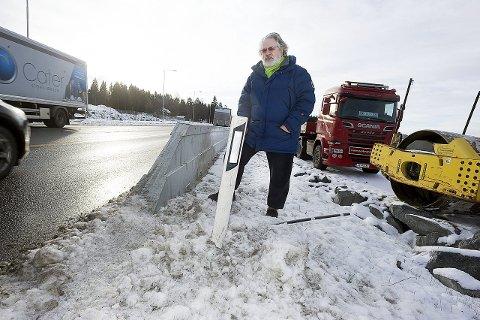 Farlig: Aksel Roksti håper Jernbaneverket får gjort noe med denne nye kanten som har dukket opp i Langhusveien. Det må i det minste skiltes, slik at bilister er forberedt på dette, sier han.foto: Ole Kr. Trana