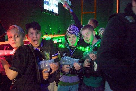 Nicolai (f.v), Almas, Mathias og Jonas er klare for å kjempe i laserrommet. Foto: Silje Andersen