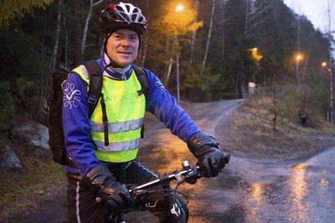 Miljø: Leder av Miljøpartiet de grønne, Jens Nordahl, mener det blir vanskelig å redusere klimagassutslippene om de som sitter med makten ikke evner å gi folk klimavennlige valgalternativer. – Dette været sier jo alt, fastslår han og ser opp i det øse pøsende regnværet.  FOTO: Bjørn V. Sandness