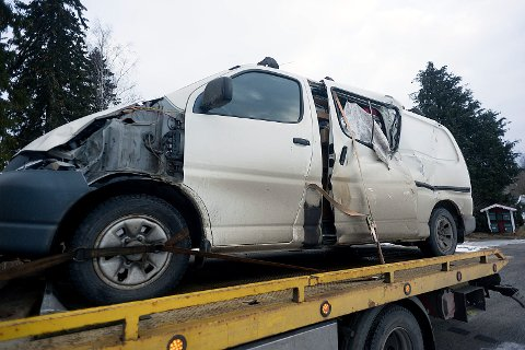 FLAKS: Politiet på stedet mente bilføreren hadde flaks som ikke fikk gaffelen i fronten av bilen. Foto: Ole Kr. Trana