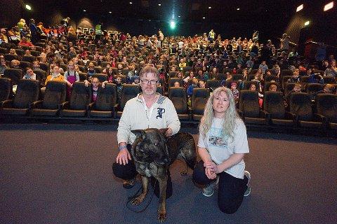 Festivalstart: Hunden Tinni med eier Torgeir Berge og forfatter Berit Helberg. Foto: Ole Kr. Trana